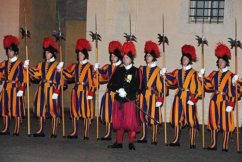 https://upload.wikimedia.org/wikipedia/commons/thumb/f/fd/Pontifical_Swiss_Guards_-_25_nov_2013.jpg/500px-Pontifical_Swiss_Guards_-_25_nov_2013.jpg