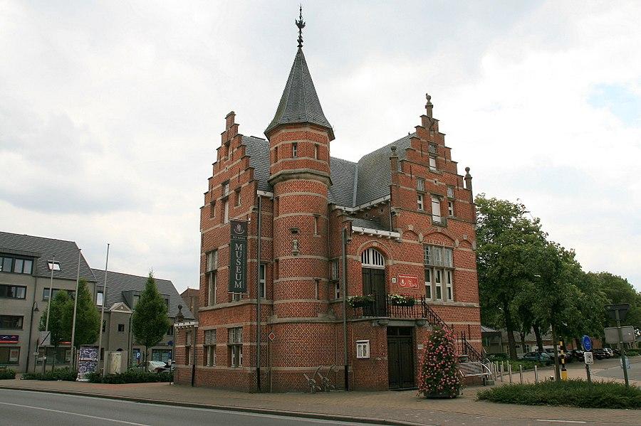 Voormalig gemeentehuis, gebouwd van 1903-1905 door architect J. Taeymans.  Het gebouw toont een mengeling van neogotische en Vlaamse renaissance elementen.  Het is gebouwd op de plaats van een voormalige kapel, het Kaske geheten.   Tegenwoordig huist het heemkundemuseum van Poppel in het gebouw