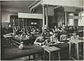 Porsliininmaalauksen opetustilanne, 1920-luku. Opettaja Ellen Borenius. Taideteollisuuskeskuskoulun opetustilanteita.-TaiKV-07-003.jpg