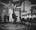 Prins Bernhard ontvangt gouden langspeelplaat , koor zingt, Bestanddeelnr 909-8919.jpg
