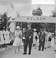 Prinses Beatrix in Suriname, welkom te Wageningen, links van Prinses de heer De , Bestanddeelnr 917-5198.jpg