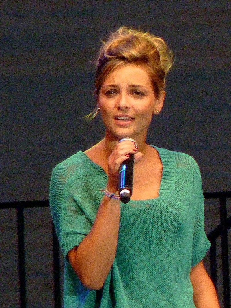 Priscilla Betti se produisant à la Nuit des Hits de Juan-les-Pins pour l'association Enfant Star & Match. | Photo : Wikimedia.