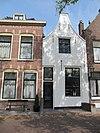 foto van Huis met gepleisterde tuitgevel met schuiframen in stijl