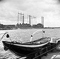 Reddingsboot van de sleepboot, op de achtergrond de elektriciteitscentrale bij …, Bestanddeelnr 254-0963.jpg