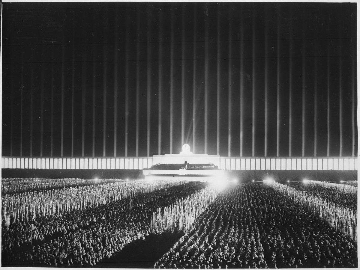 Reichsparteitag. Der grosse Appell der Politischen Leiter auf der von Scheinwerfern berstrahlten Zeppelinwiese in... - NARA - 532605.tif