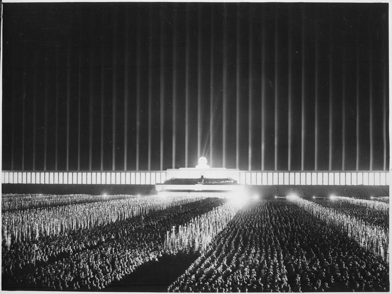Reichsparteitag. Der grosse Appell der Politischen Leiter auf der von Scheinwerfern berstrahlten Zeppelinwiese in... - NARA - 532605