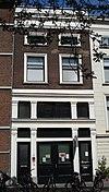 foto van Pand met hoge benedenverdieping met insteek en twee bovenverdiepingen. Gepleisterde pui met pilasters en lijsten; bakstenen bovengevel met geprofileerde vensteromlijstingen, houten kroonlijst en attiek