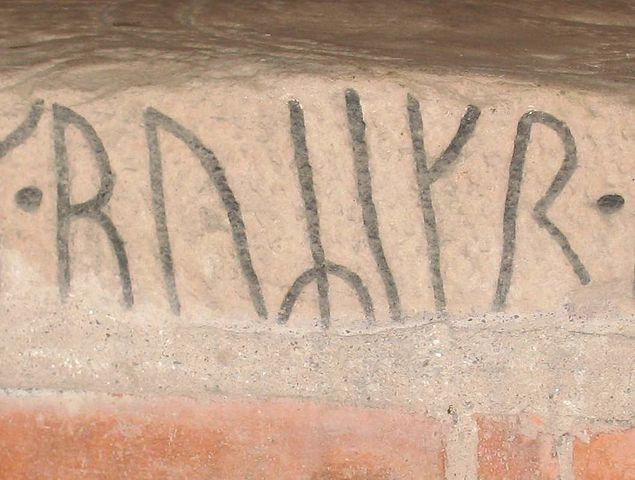 Имя ruRikr на фрагменте рунического камня U413, находящегося в церкви Норрсунда около Уппсалы