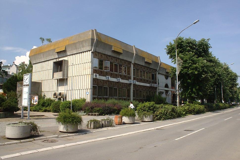 Sremska Mitrovica, brutalistická budova