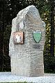 Steuerberg Ortseinfahrt Stein mit Wappen 17072007 01.jpg