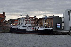 Stralsund, FS Professor Albrecht Penck vor dem Ozeaneum (2012-03-04), by Klugschnacker in Wikipedia.jpg