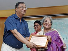 The Chairman, Lalit Kala Akademi, Ministry of Culture, Shri K.K. Chakravarty conferring the fellowship on eminent artist Arpita Singh, at a function, in New Delhi on October 10, 2014.jpg