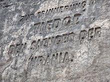 """Gedenkinschrift """"Zur Erinnerung an Tiedge den Saenger der Urania"""" am Tiedgestein in der Nähe der Felsenburg Neurathen (Quelle: Wikimedia)"""