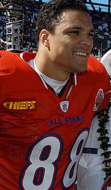 Description de l'image  Tony Gonzalez at 2005 Pro Bowl 050213-N-3019M-002.jpg.