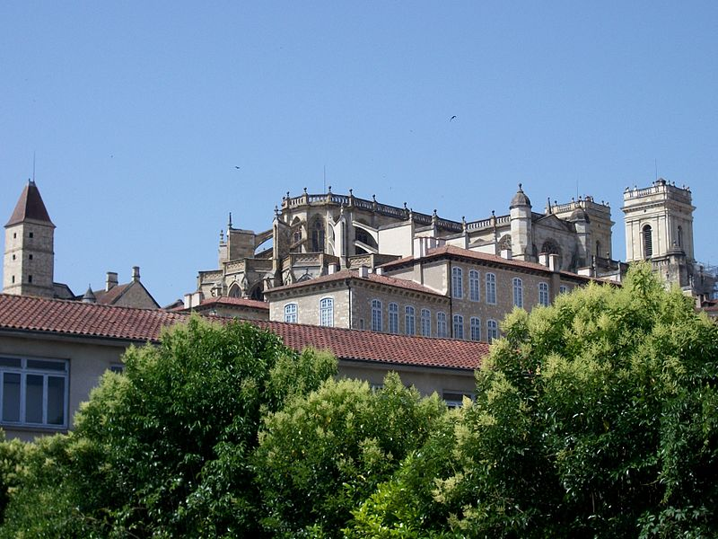 File:Tour d'Armagnac et Cathédrale Sainte-Marie d'Auch, Gers, France.JPG