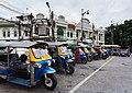 Tuc-tucs en la Calle Maha Rat, Bangkok, Tailandia, 2013-08-22, DD 01.jpg