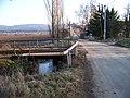Všeradice, přejezd u železniční zastávky a železniční most přes Svinařský potok.jpg