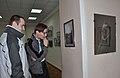 Vladimir Obrisan i Evgenii Chegolev, rukovoditeli charkovskogo aktiva Vikipedii na vustavke fotografii A.Ivanizkogo v Charkove.jpg