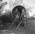 Vrouw met kinderen op de bok van een huifkar, Bestanddeelnr 191-0811.jpg