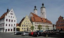 Wemding - Marktplatz mit histor. Rathaus links.jpg