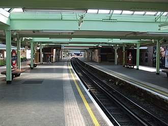 White City tube station - Image: White City stn centre track look east