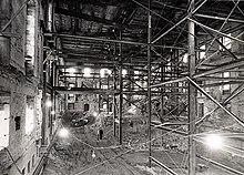 Intérieur d'un bâtiment en rénovation avec des échafaudages