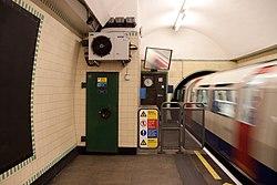 WoodGreen - Train entering westbound platform after (4571422944).jpg