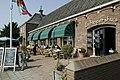 Zicht op het terras aan de havenzijde van restaurant 't Schippershuis - Numansdorp - 20413810 - RCE.jpg