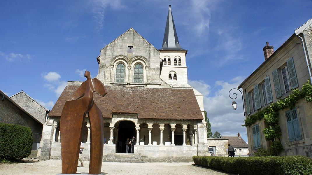 Église d'Hermonville accueillant l'événement art et jazz sur son parvis.