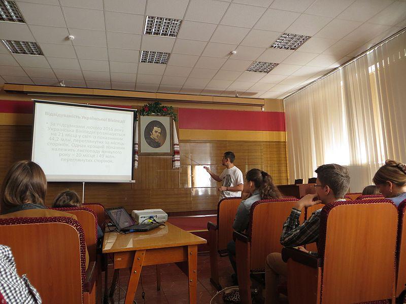 Вальдимар, активний дописувач Вікіпедії, розповідає про її засади. Автор фото — Leonst, вільна ліцензія CC BY-SA 4.0.