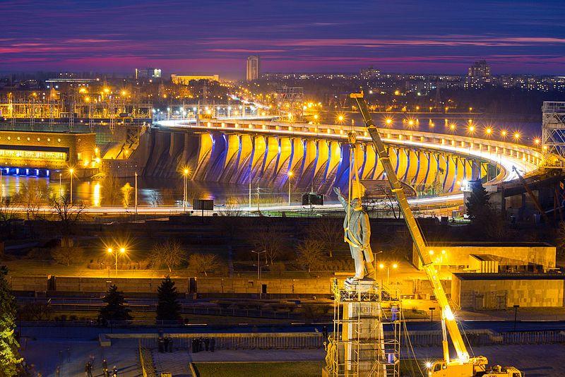 На передньому плані — пам'ятник Леніну, далі — Дніпрогес (Запоріжжя)