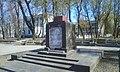 Пам'ятник на братській могилі учасників Жовтневого повстання 1917, Київ, квітень 2014 01.jpg