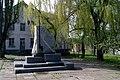 Памятник у заброшенного клуба несуществующего уже завода.jpg
