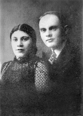 Sonderkommando member Zalmen Gradowski, pictured with his wife, Sonia, buried his notebooks near crematorium III. Sonia Gradowski was gassed on 8 December 1942. zlmn grdvbsqy.jpg