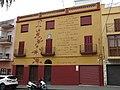 005 Casa a la pl. Catalunya, 14 (Calafell), amb l'Oda al Castell, de Joan Mestre.jpg