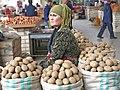 080 Marg'ilon Dehqon Bozori, mercat agrícola de Marguilan, venedora de patates.jpg