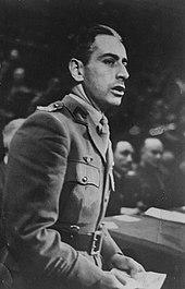 Foto em preto e branco de Pierre Brossolette, ele usa um uniforme do exército.