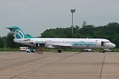 Fokker 100, który uległ katastrofie (nr. rej. XY-AGC). Zdjęcie wykonano na lotnisku w Rangunie we wrześniu 2005 roku.