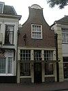 foto van Huis met halsgevel, met getoogde afdeksteen en zandstenen voluten