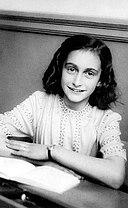Anne Frank lacht naar de schoolfotograaf