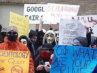 Les incessantes controverses d'Internet sur l'Église de Scientologie finissent parfois en manifestations en chair et en os.