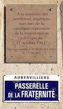 Une plaque commémorative indiquant à la mémoire des nombreux Algériens tués lors de la sanglante répression de la manifestation pacifique du 17 octobre 1961, passerelle de la Fraternité à Aubervilliers