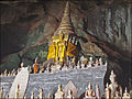 Autel dans la grotte de Pak Ou (4334670866).jpg