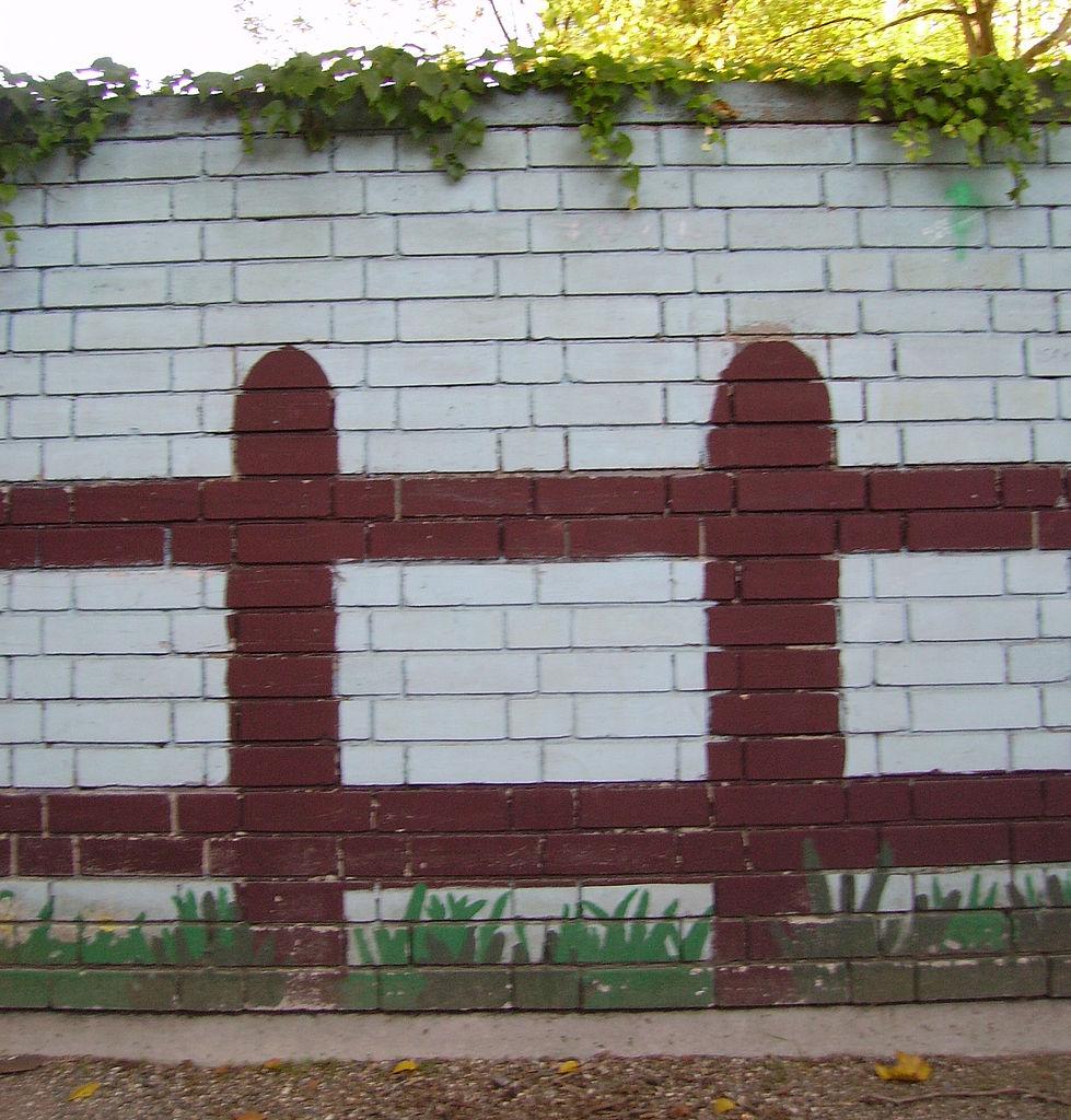 File Backsteinmauer Zaun Jpg Wikimedia Commons