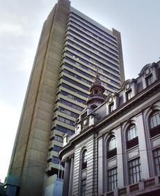 El edificio del Banco Central de Bolivia, y el Palacio de la Vicepresidencia ubicados en el centro paceño.