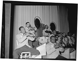 Da destra: Barney Bigard, Ben Webster, Otto Hardwick, Harry Carney, Rex Stewart, Sonny Greer, Wallace Jones (?), Ray Nance. Foto di William P. Gottlieb, circa 1943.