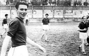 Il giovane Fenoglio durante una partita di calcio con amici, intorno al 1945