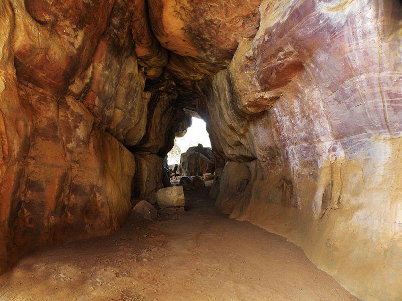 चित्र:Bhimbetka Caves, Madhya Pradesh.jpg