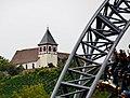 """Blick vom Freizeitpark Tripsdrill durch die Katapult-Achterbahn """"Karacho"""" zur Michaelskirche - panoramio.jpg"""