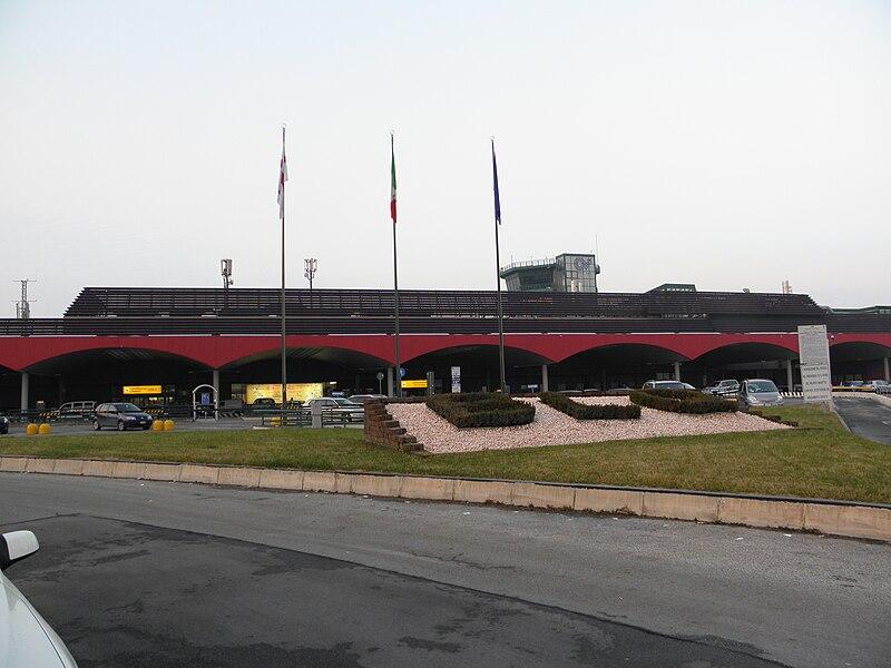 Ir do aeroporto de Bolonha para a estação de trem.
